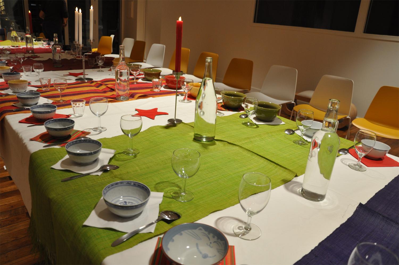 """La table se dresse pour le spectacle """"Soupes de Contes"""" animé par Martine Forrer"""