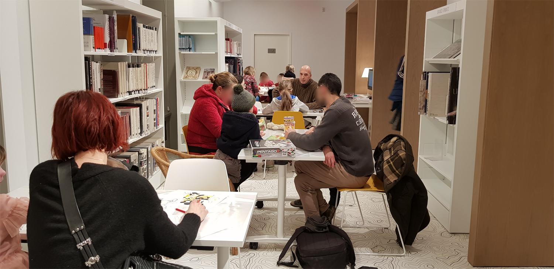 Dans la galerie, des coloriages et des jeux de société sont mis en place