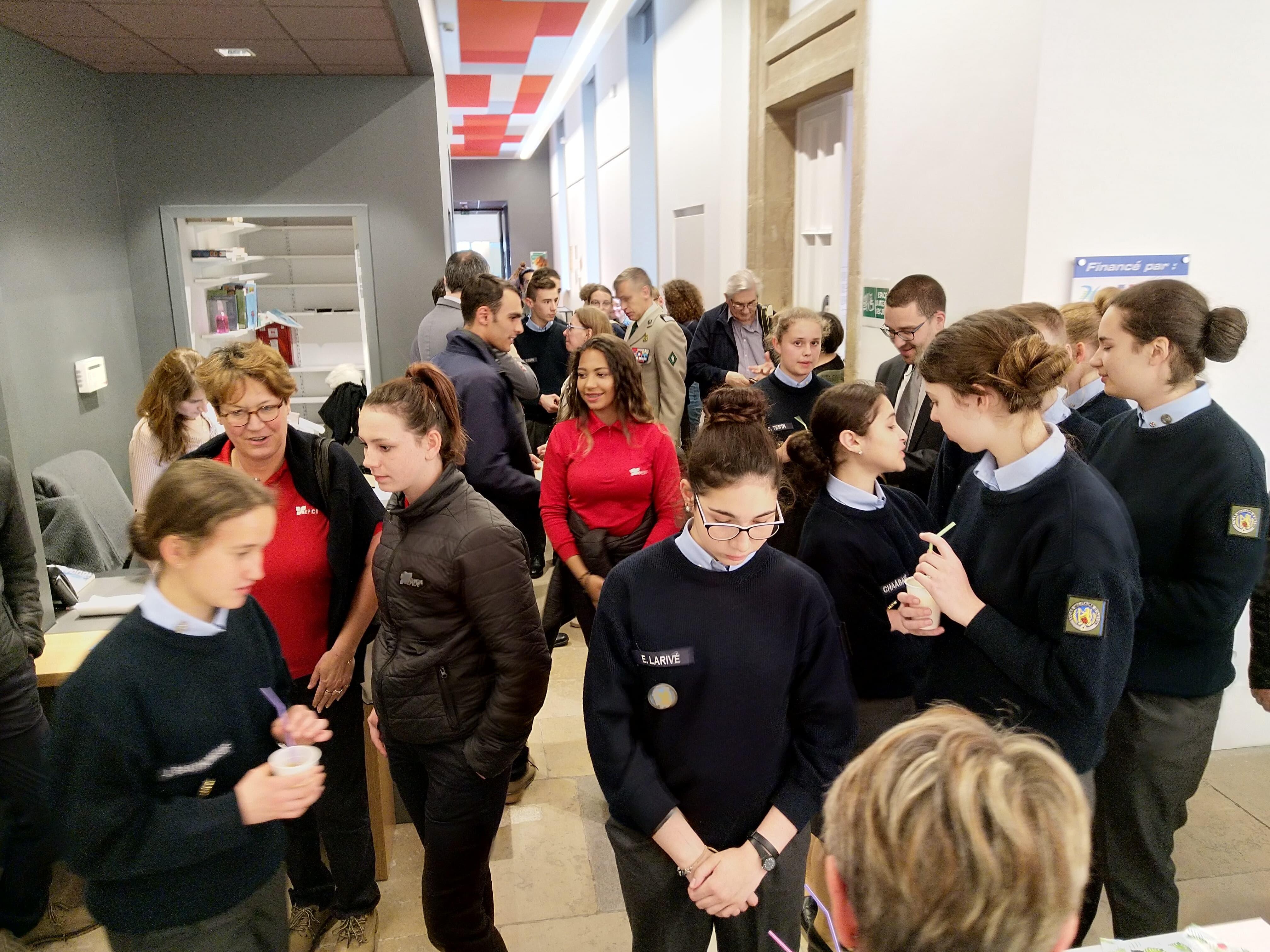 A l'issu de l'inauguration les élèves se sont vu offrir le pot de l'amitié
