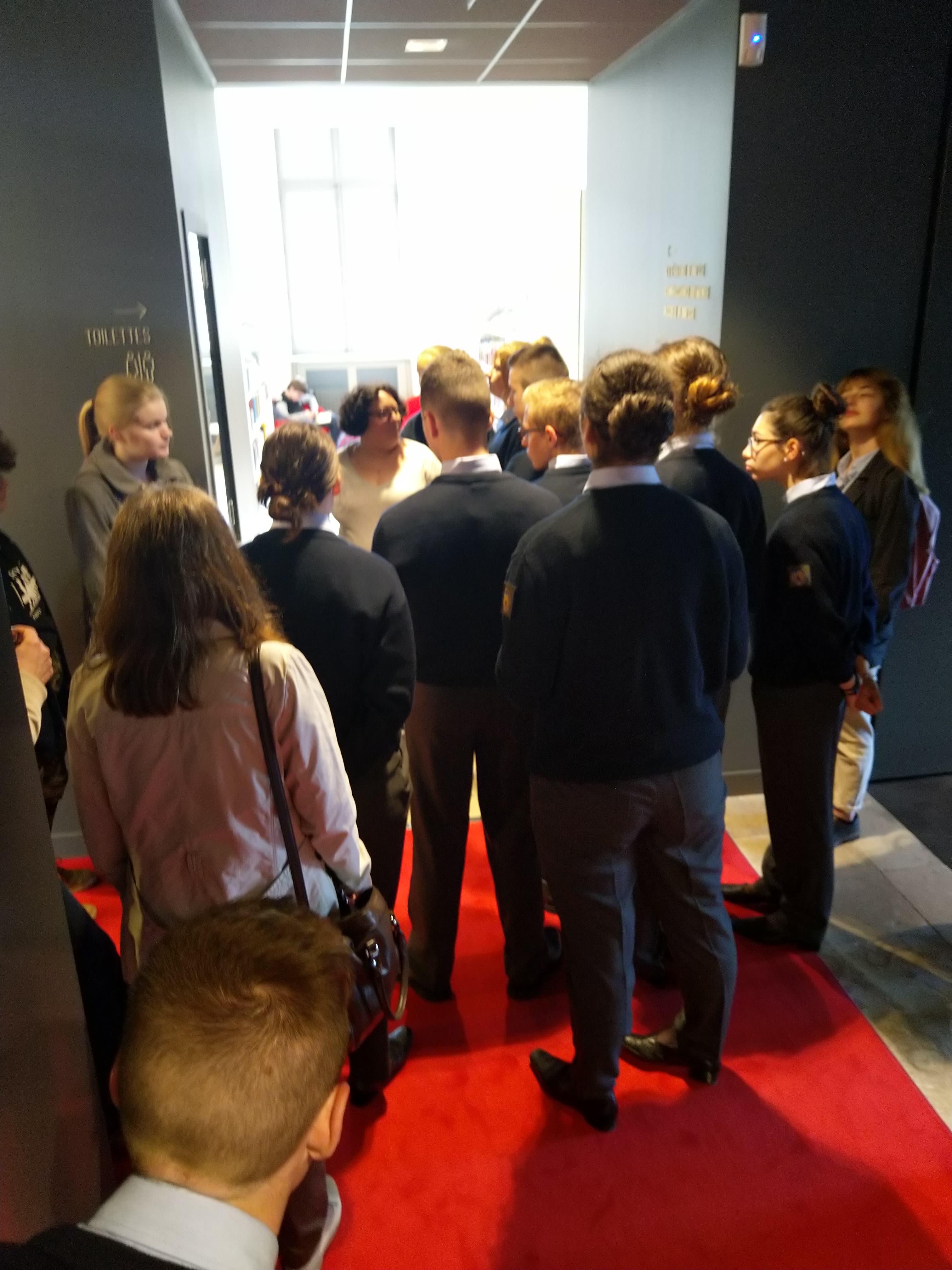Inauguration des vitrines en présence du corps enseignant